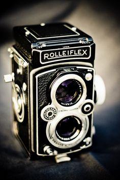 Noël 2011, un cadeau d'exception. ette année-là ma femme m'a offert une légende, un Rolleiflex automat 4B ! De tous mes appareils, que ce soient les Nikon ou les Canon numériques, c'est le plus éto…