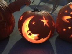 Over 50 inspirational Jack-O-Lantern ideas in your life around Halloween. You can design a pumpkin, a breakfast, or a dessert to look like a jack-o-lantern. Humour Halloween, Fröhliches Halloween, Hallowen Costume, Holidays Halloween, Halloween Pumpkins, Halloween Decorations, Amazing Pumpkin Carving, Pumpkin Carving Party, Pumpkin Art