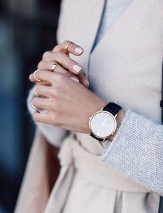 Invista em anéis delicados em todos os dedos.