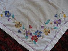 Накидка скатерть вышивка гладь 50-е г.г. Размер 70 х 63 см. Вышивка гладью цветочки.