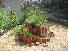 aménagement jardin construire spirale aromatique en tuiles