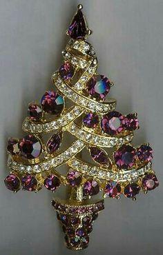 Christmas Tree Brooch Pin - Purple and Clear Swarovski Rhinestones Look Vintage, Vintage Pins, Vintage Brooches, Gold Brooches, Vintage Costume Jewelry, Vintage Costumes, Vintage Jewelry, Antique Jewellery, Purple Christmas