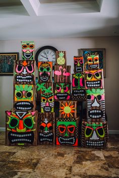 Impress the guests at your next Luau party with this colorful DIY cardboard Tiki totem pole decor. Hawaii Birthday Party, Aloha Party, Hawaiian Luau Party, Tropical Party, Birthday Diy, Beach Party, Moana Themed Party, Luau Theme Party, Moana Party
