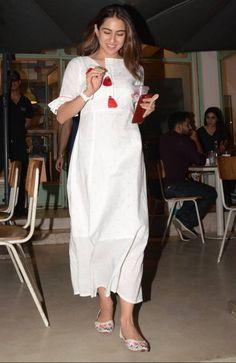 Best Trendy Outfits Part 1 Neck Designs For Suits, Kurti Neck Designs, Salwar Designs, Cotton Dress Indian, Indian Dresses, Indian Outfits, Pakistani White Dress, Kurta Cotton, Salwar Pattern