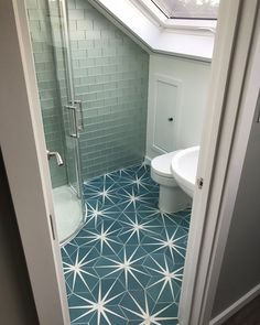 Take a look at this brilliant thing - what a clever style and design Yellow Bathroom Decor, Bathroom Decor Pictures, Modern Bathroom, Small Bathroom, Family Bathroom, Fish Bathroom, Bathroom Decor Sets, Bathroom Ideas, Peacock Bathroom