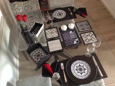 Conjunto para mesa posta feito à mão, com sousplats, apoios, cestos e tábua para frios e porta patês, todo no clássico preto e branco! Mesa linda!