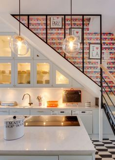 Optimizing the space under the stairs with a fitted kitchen - Under stairs ideas: a kitchen under the staircase // Hellø Staircase Storage, Stair Storage, Staircase Design, Hidden Storage, Secret Storage, Staircase Ideas, Kirchen Design, Kitchen Under Stairs, Under The Stairs