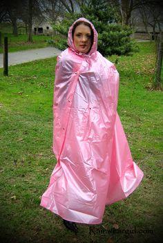 Kuscheln im rosa PVC Regencape