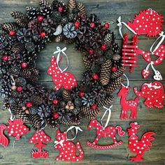 Первые новогодние наборы уже отправляются к своим обладателям❤️ эти игрушечки будут украшать елочку в детской комнате✨✨✨ Три месяца остается до самого главного праздника года это не так уж и много... ✨ На фото деревянные игрушки, выпилены и раскрашены вручную, разных форм очень много, выбирать можно на свой вкус! Венок из шишек, орешков и красных яблочек ✨ ✨ ✨ Волшебной всем ночи!!!✨⭐️