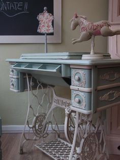 Antique Sewing Machine Table, Old Sewing Tables, Singer Sewing Tables, Antique Sewing Machines, Refurbished Furniture, Repurposed Furniture, Furniture Makeover, Painted Furniture, Diy Furniture
