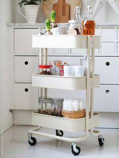 I adventstider kan vi behöva lite extra förstärkning i köket, vi fyller en RÅSKOG rullvagn med allt som behövs för att bjuda på glöggbuffé. Nu är det bara att rulla fram när gästerna knackar på dörren!