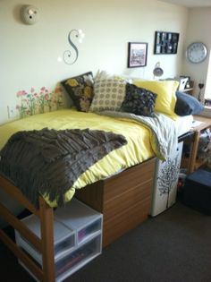 21 Ideas for Smart and Even Hilarious Dorm Room Decor - Up and at 'em! Under-bed storage is your friend in a tiny dorm room. Use levels of design. College Dorm Storage, College Dorm Essentials, Dorm Room Storage, Dorm Room Organization, College Dorm Rooms, Under Bed Storage, College Life, Dorm Life, Room Essentials
