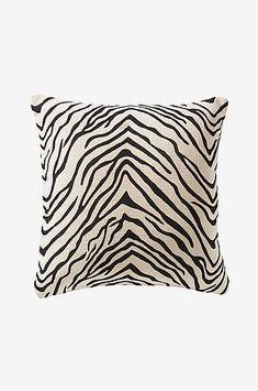 Design con un Twist Complementi Iconici by Magis, Driade, Danese, Zanotta. Delia Fischer, Home Living, Betta, Animal Print Rug, Sofa, Throw Pillows, Rugs, Interior, Pattern