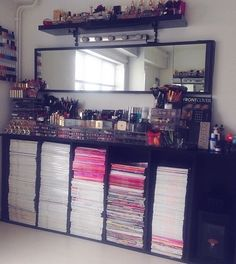 Makeup organization play a critical role. Not only it helps us see our stuff easily, but, it also allows us to become more efficient. Below is an image of my ideal vanity room / makeup table,. Diy Makeup Palette, Make Up Geek, Rangement Makeup, Silvester Make Up, Make Up Storage, Storage Ideas, Vanity Room, Closet Vanity, Glam Room