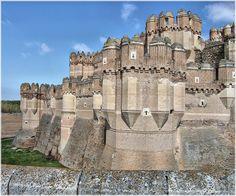 """Los castillos que entran en la categoría """"de cuento"""", podrían ser aquellos que escenificaron nuestras fantasías de infancia. Los clásicos con fosas, pasillos y puentes levadizos, ciudadelas fortificadas, lujo, y esplendor."""