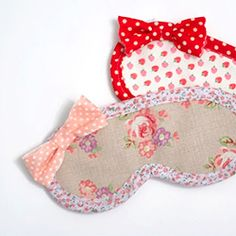Sewing Ideas Make this easy eye mask! Two ways to do it, great for beginners! Makes an awesome Christmas gift too! - For the past couple of nights I've had trouble sleeping. Sewing Hacks, Sewing Tutorials, Sewing Patterns, Sewing Ideas, Fabric Crafts, Sewing Crafts, Sewing Projects, Christmas Sewing, Sewing For Beginners