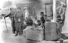 Belchite viejo mayo 1937 nacional, moros regulares en puesto de venta callejero lafototeca.com Image : efespsix939888 ¿No será más bien la reconquista de 1938?