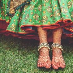Totally crushing over bride Smridhi's mehndi details and the stunning stone-studded payal captured by WeddingSutra Favorite Anklet Designs, Mehandi Designs, Jewellery Designs, Rangoli Designs, Antique Jewellery, Big Fat Indian Wedding, Indian Bridal, Indian Weddings, Wedding Henna