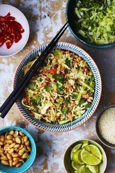 Rapea ja mehukas varhaiskaali on parsan veroinen sesonkiherkku. Siitä syntyy mahtava aasialaistyyppinen nuudelisalaatti.