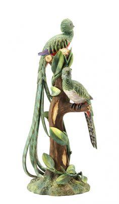 Aves do paraíso ou Quetzal, escultura em biscuit moldado e relevado, fabrico da Vista Alegre. Decoração policroma realista pintada à mão. Marcado na base
