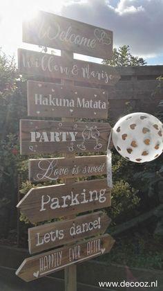 Trouwpaal, trouwbord, trouw wegwijzer, houten huwelijksbord