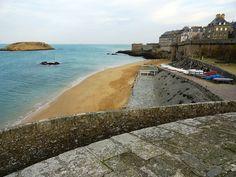 Partez au large de Saint-Malo, pour longer les plages et arpenter les remparts de la vieille ville. Cette commune bretonne abrite un patrimoine historique d'une grande richesse avec sa cité médiévale, au sein d'un espace naturel magnifique.Saint-Malo, situ&ea...