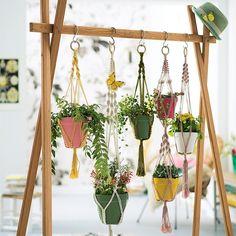 Juntar uma técnica antiga com uma ideia moderna pode resultar em algo incrível para sua decoração. Veja estes suportes de vaso em macramê. Inspire-se.