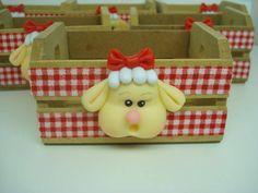 Caixotinho de MDF com ovelhinha e galinha de biscuit,pode escolher o bichinho