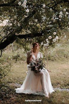 Bohobraut: Tüllkleid, zarter Blumenkranz im Haar und aufwendiger Blumentstrauß mit Pampasgras. Tischdeko Inspiration für deine Greenery Hochezit. Lass dich inspirieren von Greenery Papeterie, Deko im Greenery Stil und Blumen und Eukalyptus. _________ ➤ Fotos: Anne Cathrin Wahl ➤ #kartenmacherei #greenery #hochzeit #tischdeko Hippie Look, Girls Dresses, Flower Girl Dresses, Boho Stil, Wedding Dresses, Flowers, Inspiration, Fashion, Photos
