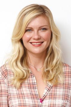 Kirsten Dunst was born on 30 April 1982 in New Jersey, United States and is the most entertaining Am Kirsten Dunst, Amanda Seyfried, Logan Lerman, Celebrity Hairstyles, Cool Hairstyles, Hairstyle For Chubby Face, Hidden Figures, Actrices Hollywood, Belleza Natural