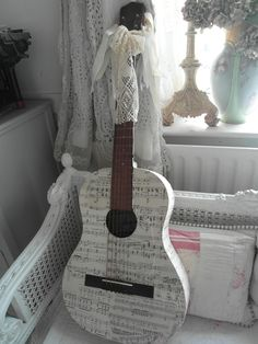 love the guitar/shabby chic accessoire Ukulele Art, Ukulele Songs, Ukulele Chords, Guitar Art, Music Guitar, Cool Guitar, Acoustic Guitar, Instruments, Painted Ukulele