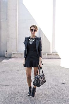falda trompeta+biker+maxi bolso+botines+collar+trenzas