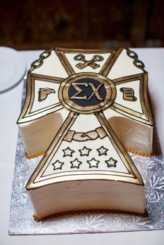 Sigma Chi Fraternity Badge Groom's Cake | Jennifer Weems Photography https://www.theknot.com/marketplace/jennifer-weems-photography-austin-tx-445187 | Villa Antonia https://www.theknot.com/marketplace/villa-antonia-austin-tx-447708