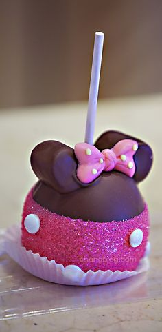 Disneyland Food // Disney treats // Minnie Mouse Candy Apple
