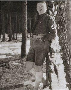 Hitler en pantaloncillos cortos y calcetas altas