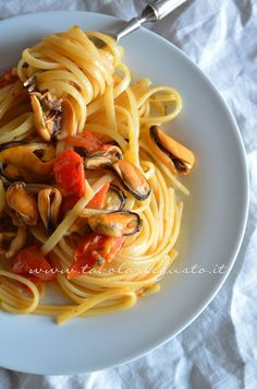 Linguine with mussels and tomatoes - Spaghetti with mussels and cherry tomatoes - Recipe Italian Pasta Recipes, Italian Dishes, Italian Foods, Grilling Recipes, Seafood Recipes, Tomato Linguine, Italian Main Courses, Pasta Con Broccoli, Slow Food
