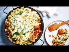 Een makkelijke, lekkere ovenschotel van gehaktballetjes in tomatensaus met spinazie, rucola en gegratineerde mozzarellakaas. Mozzarella, Sauce Tomate, Couscous, Superfoods, Kids Meals, Food Porn, Good Food, Food And Drink, Cooking Recipes