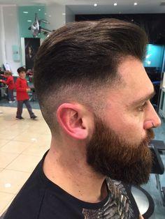 Perfil del corte de pelo y barba hipster