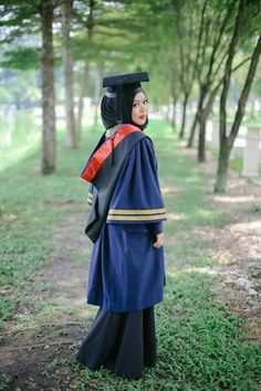 4f2cc31e324 Shea Rasol in her graduation photography. i want this too! Graduation  Outfits