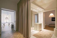 Casa H+M en Viena La cortina que separa el cuarto de baño principal del recibidor.
