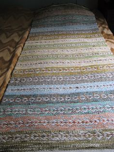 Ruusukasmatto Loom Weaving, Hand Weaving, Saddle Blanket, Rug Inspiration, Braids With Weave, Fabric Rug, Rug Ideas, Weaving Patterns, Recycled Fabric