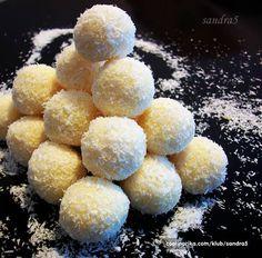 Neodoljivo podsjećaju na raffaelo Sastojci 250 ml slatkog vrhnja ili vrhnja za slag 100 g bijele čokolade 1 vanil sećer 1 puding od vanilie 100 g kokosa po želji šećer u prahu po želji bademi Pripr...