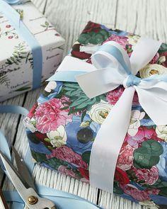 Embrulho de presente com papel floral @wrap_me