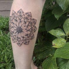 Tatuagem criada por Paula Moraes, brasileira na Espanha. Mandala delicada na perna.