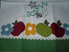 Pano de prato ou copa feito em sacaria primeira linha; aplicação tecido 100 % algodão; barrado de crochê ou tecido com bordado inglês; passa fita.