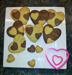 Heerlijke koekjes om te serveren met Valentijn! Door je eigen tekst in de koekjes te zetten maak je ze extra persoonlijk.  Recept: http://www.airfryerweb.nl/recepten/romantische-choco-kaneel-tekstkoekjes/  Dit recept is ingestuurd door EvJd, bedankt!