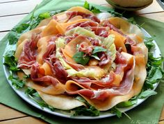 Ricetta estiva fredda per realizzare in casa IL CARPACCIO ESTIVO DI PROSCIUTTO CRUDO, MELONE E ANANAS. Secondo piatto freddo per buffet salati o antipasto Antipasto, Prosciutto Crudo, Party Catering, Food Presentation, Summer Recipes, Finger Foods, Italian Recipes, Potato Salad, Cabbage