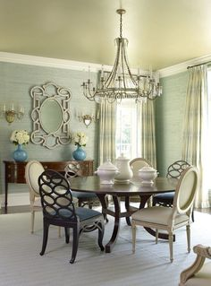 Love the round table and mixed chairs. SALAS DE JANTAR / DINING ROOM