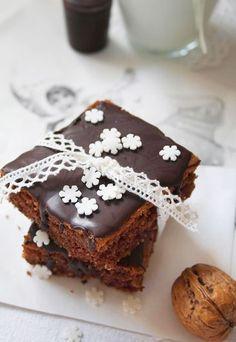 Walnuss-Brownies mit Schoko Glasur  und Nüssen. Bester Schoko Kuchen  der Welt! Rezept auf www.gofeminin.de/kochen-backen/die-wunderbare-welt-von-fraeulein-klein-d42460c510886.html