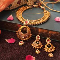 Ultimate 35 Gold Necklace Designs Images Of This Year Gold Pearl Necklace, Antique Necklace, Necklace Set, Silver Earrings, Gold Bangles Design, Gold Jewellery Design, Gold Jewelry, Statement Jewelry, Manubhai Jewellers